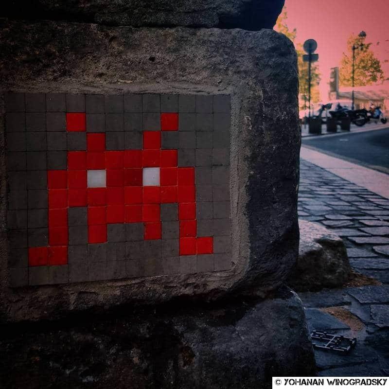 street art paris par invader dans le quartier des halles