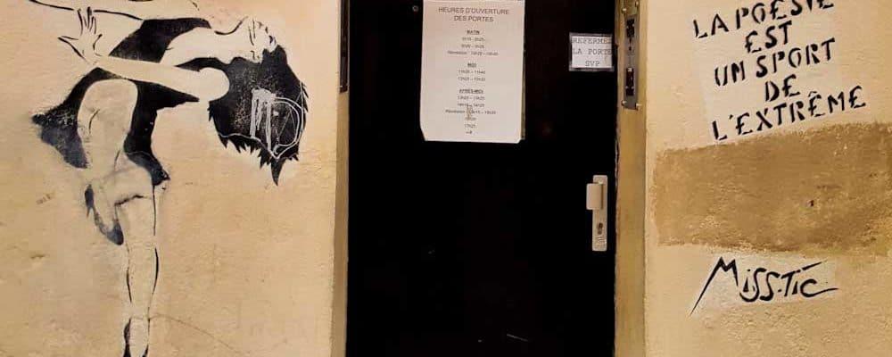 Saut à l'hémistiche – Street art de Miss.Tic, Paris