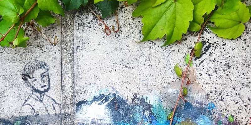 L'ingénieur en arc-en-ciel – Palette improvisée et dessin d'artiste inconnu, Street art Paris