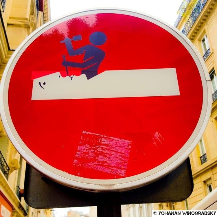 Le sculpteur sur panneaux de signalisation – Street art par Clet Abraham, Paris